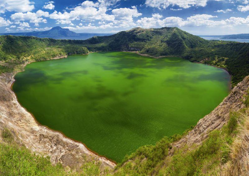 Hồ nước trong xanh trên núi lửa Taal