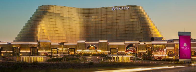 Okada - Mặt tiền bằng kính của tòa nhà có màu vàng tượng trưng cho hoàng hôn của vịnh Manila